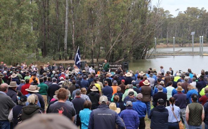 David Littleproud thrown in effigy off the Tocumwal bridge (Video)
